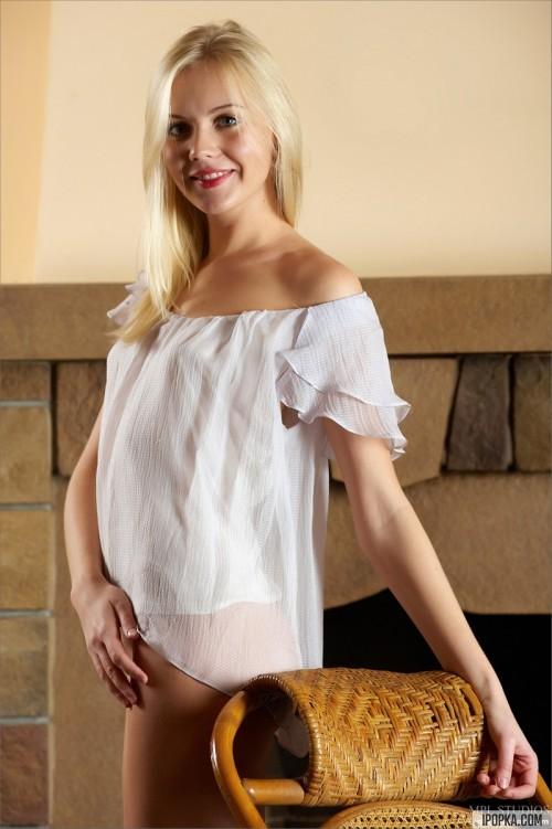 Эротика с блондинкой у камина с креслом-качалкой