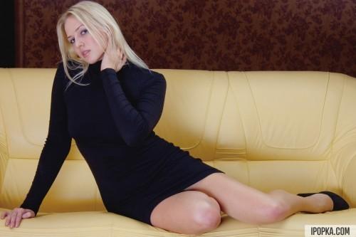 Блондинка с строгом платье была без нижнего белья