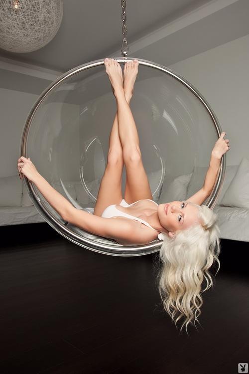 Сексуальная блондинка устроила стриптиз