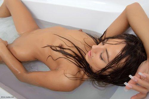 Обнаженная горячая девушка голенькая в ванной
