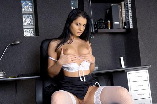 Секретарша показывает на рабочем месте свою пизду