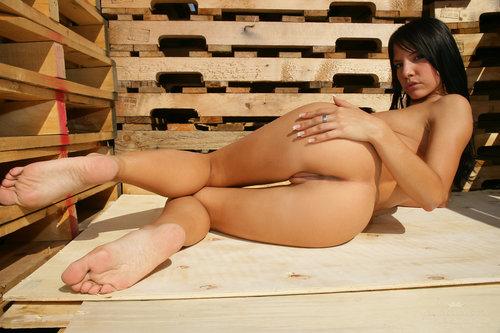 Красивая эротика, голая стройная брюнетка