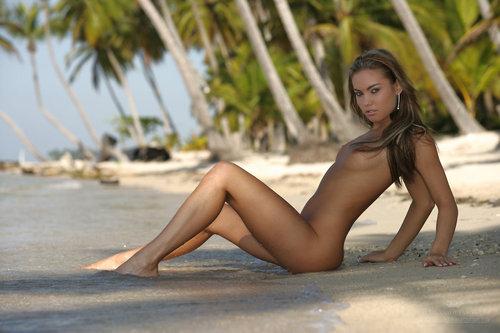Эротика голой девушки на пляже
