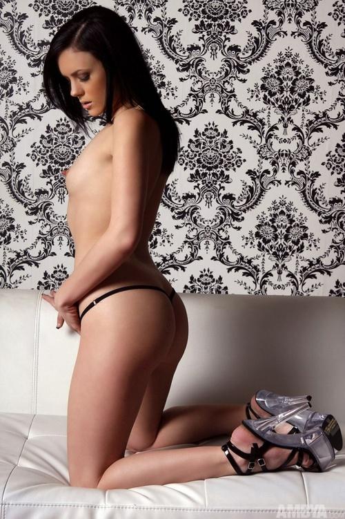 Молоденькая сучка и ее голые фото