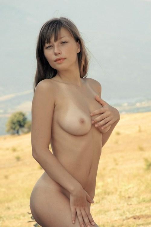 Обнажённая юная девушка жаждет ласки