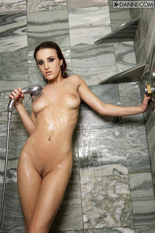 Влажная страстная сучка принимает душ