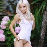 Красивая блондинка с маленькой грудью