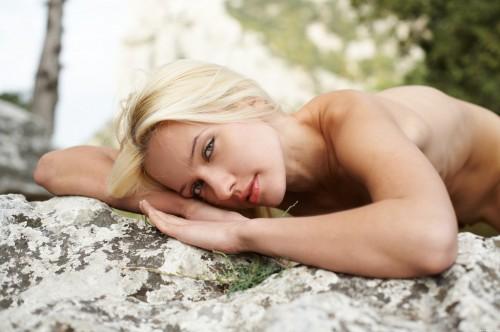 Миленькая блондиночка устраивает красивое ню на природе