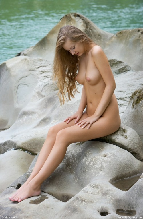Любящая показывать свое тело нудистка