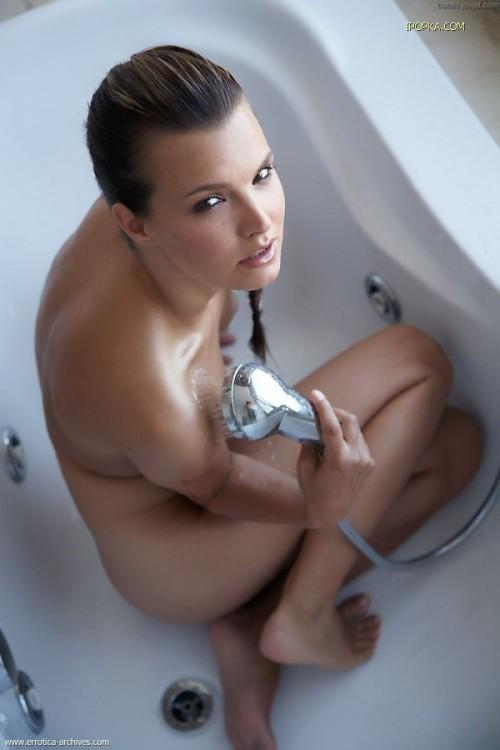 Сладкая попка в ванной