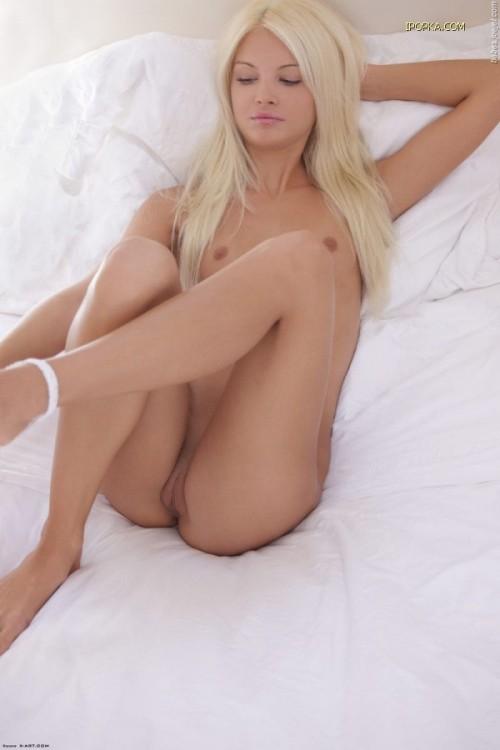 Блондинка мастурбирует
