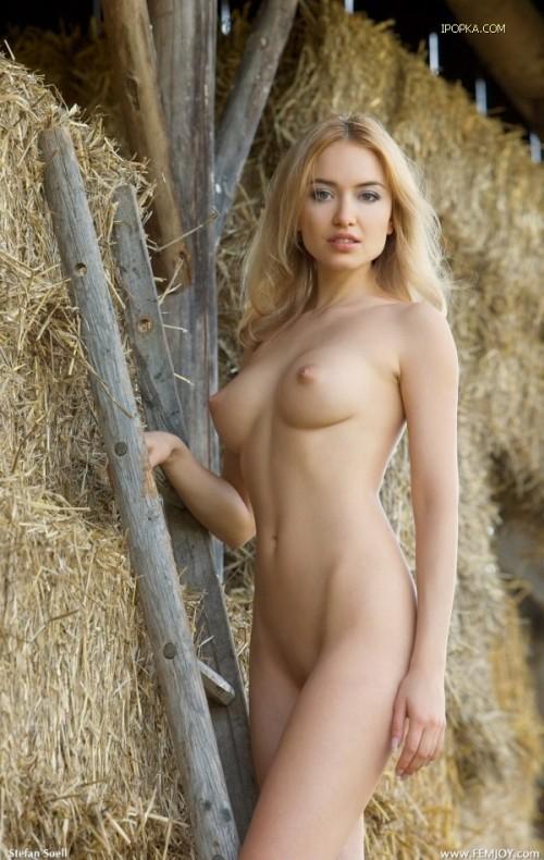 Потрясная попка на сеновале