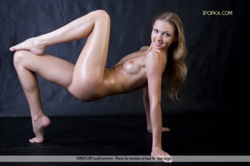 Голая гимнастка