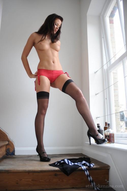 Суперская девка в чулочках и нижнем белье