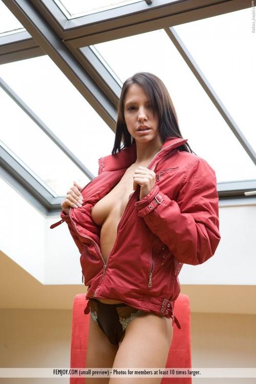 Курточка на красивое голое тело
