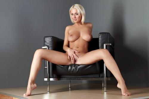 Сочная голенькая блондиночка
