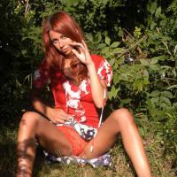 Эротические картинки на природе, Руди, под юбкой которой видно красные трус ...