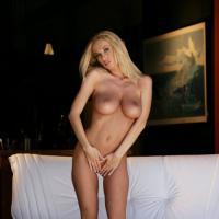 Пылкая обольстительница сексуально разделась, оголив титьки большого размер ...