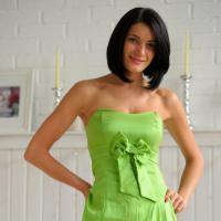 Соблазнительная красотка в зеленом платье показывает свою супер попку