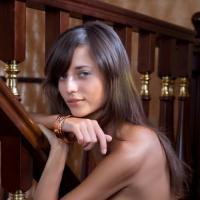 Загорелая брюнетка с нежной попкой гладит себя на деревянной лестнице