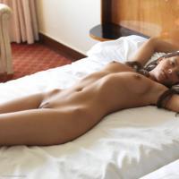 Фото голой прелестницы с шикарной попой в лучах утреннего солнца