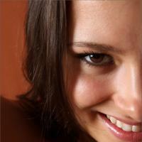 Игривая брюнетка с очаровательной улыбкой стала девушкой дня