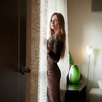 Романтичная блондинка в черном кружевном комбинезоне показывает всю себя на ...