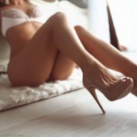 Голенькие девушки показывают свои красивые стройные ноги