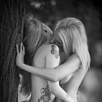 Молодые лесбиянки и их горячие голые подруги бесплатно