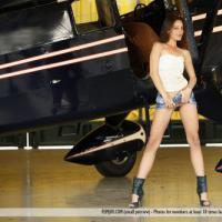 Молодая голая телка сняла свою мини юбку для эротической фотосессии