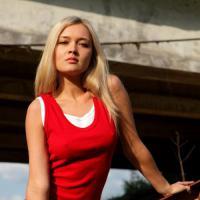 Горячая молоденькая блондинка устроила красивый стриптиз на природе