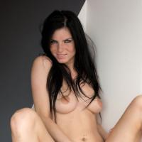 Похотливая голая девушка дает посмотреть что у нее между ног