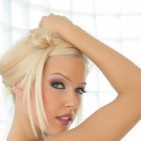 Стройная блондинка с шикарной голой попкой повернулась задом