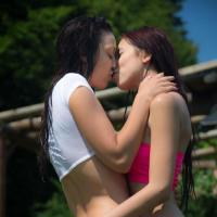 Красивые молодые леcби целуются и делают кунилингус