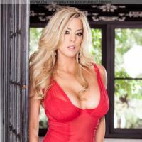 Знойная блондинка в красном нижнем белье эротично снимает одежду