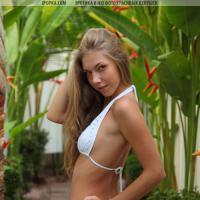 Супер горячая молодая эро модель полностью снимает мини бикини