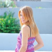 Красивая эротика девушки в сексуальном летнем платье без трусиков