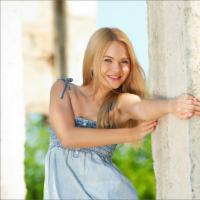 Красивая молодая девушка сняла летнее платье и показала голое тело