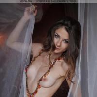 Красивая эротика худенькой девушки и ее голенькой женской киски