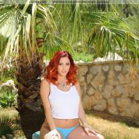 Красивая рыжая девушка с пышным телом и большой грудью