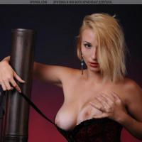 Сочная красивая женщина снимается в эротичных позах
