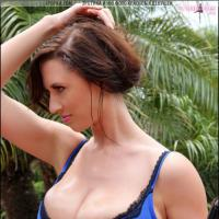 Девка сняла свой купальник и показала реально большую голую грудь