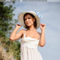 Девушка с красивым голым бюстом ню фотографии на пляже