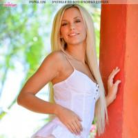 Молодая голая девка с белыми волосами и ее пошлые эротические фото