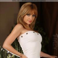 Грудастая модель задрала белое платье и ласково мастурбирует киску