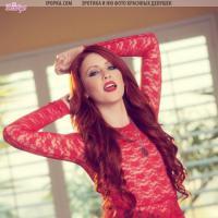 Похотливая рыжая голая красотка и ее пальчик в киске