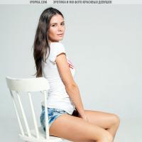 Смотреть классный стриптиз очень красивой девушки на стуле