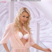 Нежная девушка блондинка с розовыми сосками и упругой попкой