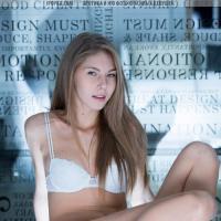Красивая молодая пизда шикарной обнаженной девушки модели