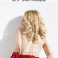Красивая голая девушка в постели позирует как настоящая фотомодель